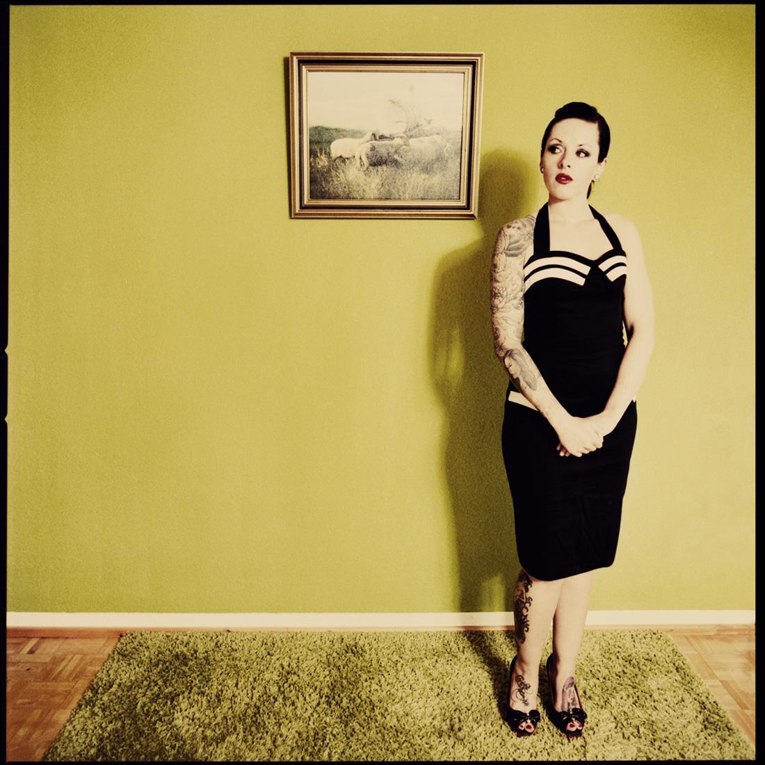 retro-fashion-portrait von anna in ihrem wohnzimmer, im stil der 50er Jahre - kuenstlerische portraitshootings in marburg und umgebung