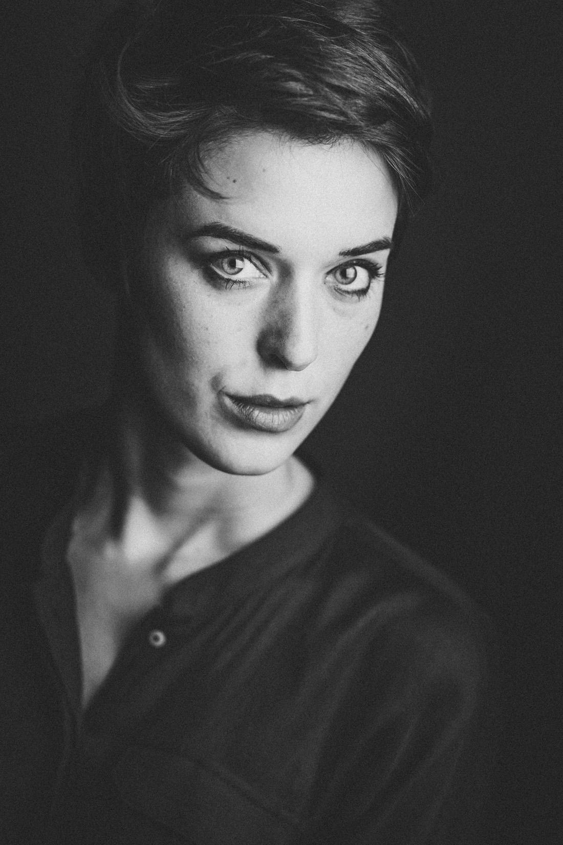 portraitfotos gießen - stilvolle und einzigartige fotografie mit charme - studioportrait von anna in schwarzweiss