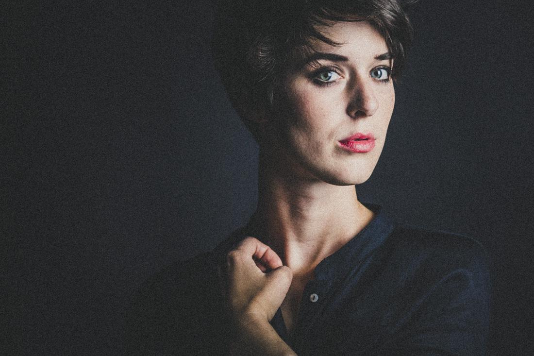 portraitfotos gießen - stilvolle und einzigartige fotografie mit charme - studioportrait von anna in farbe