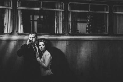 paar-portraits fuer giessen, marburg und umgebung - dramatisch ausgeleuchtetes paar-portrait im stil des film noir