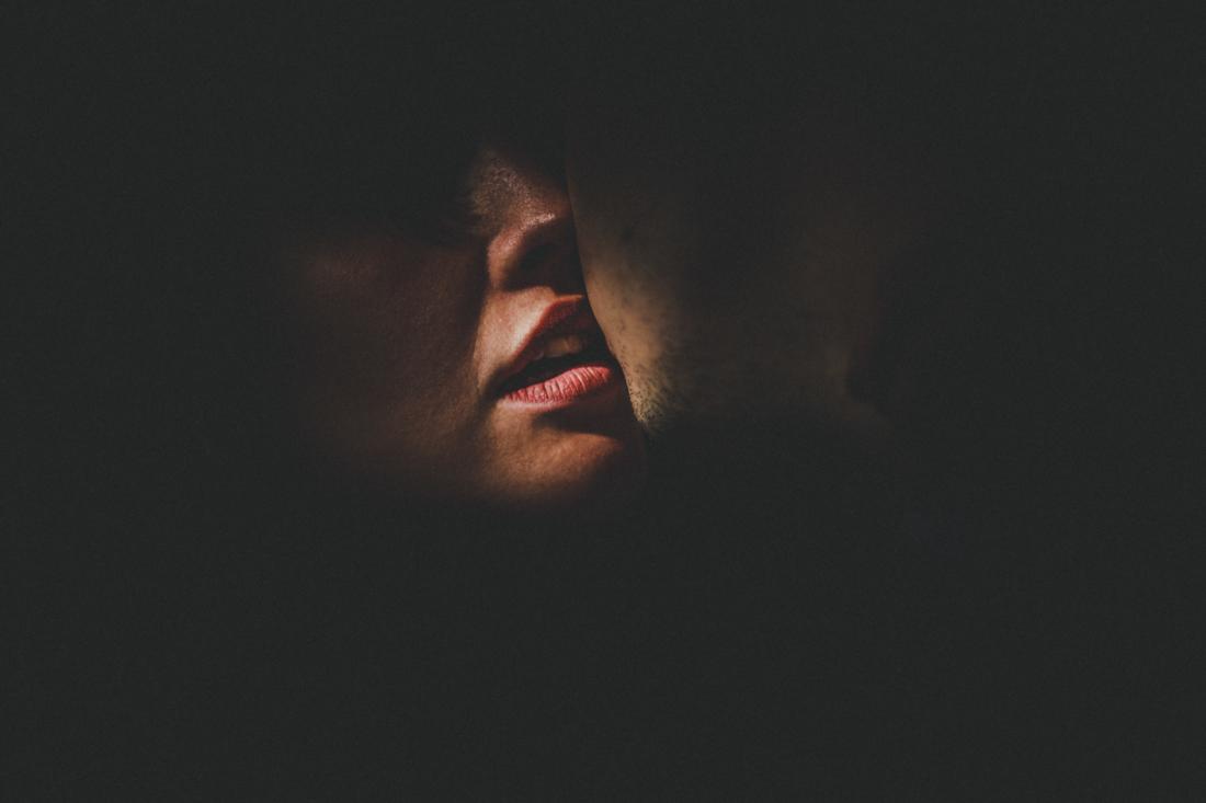 kreativ geblitzte paar-portraits - spotlight-artig ausgeleuchtetes sinnliches paar-portrait