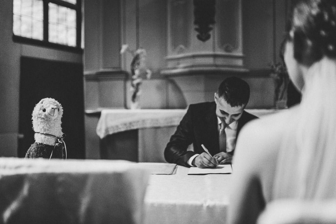 braeutigam beim unterschreiben der eheurkunde, hochzeitsfotograf dortmund und ruhrpott