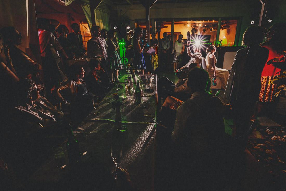 hochzeitsspiel am spaeten abend auf einer hochzeitsfeier - hochzeitsfotograf dortmund und ruhrpott