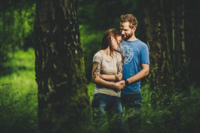paarshoot hessen - verliebtes paar im gruenen fotografiert