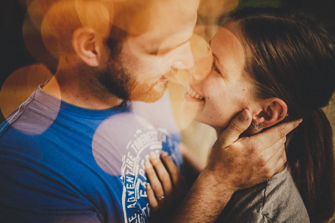 romantisches paarportrait mit wunderkerzen-funken-flares im vordergrund - paarshoot in hessen