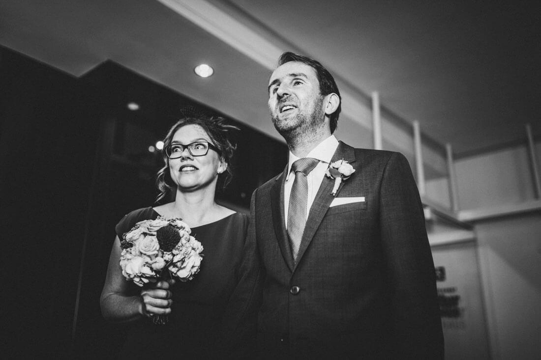 Aufgeregtes Hochzeitspaar kurz vorm Einzug in den Fritz-Loeffler-Saal zur standesamtlichen Trauung - Hochzeitsfotograf Dresden