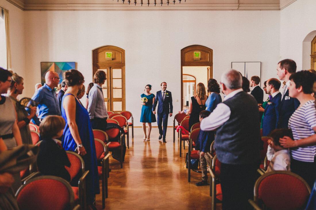 Glueckliches Brautpaar zieht in den Trausaal ein - Hochzeit im Fritz-Loeffler-Saal - Hochzeitsfotograf Dresden
