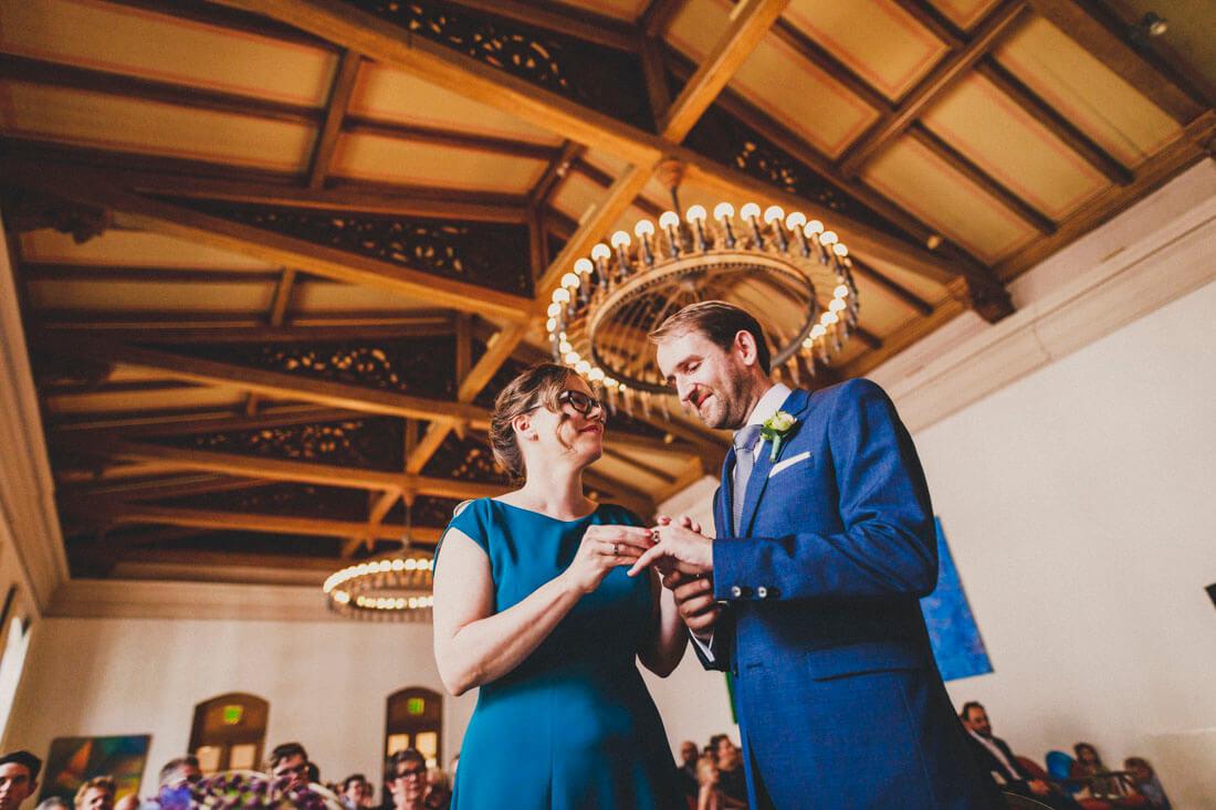 Brautpaar tauscht die Trauringe auf der standesamtlichen Hochzeit im Fritz-Loeffler-Saal - Hochzeitsfotograf Dresden