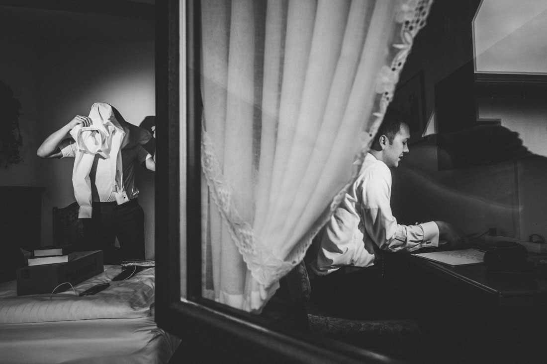 Heiraten in der Paradieskapelle beim Kloster Arnsburg in Lich! Hochzeitsfeier im Landhaus Klosterwald - Hochzeitsfotograf Lich und Kloster Arnsburg - Bräutigam und Trauzeuge beim Getting Ready