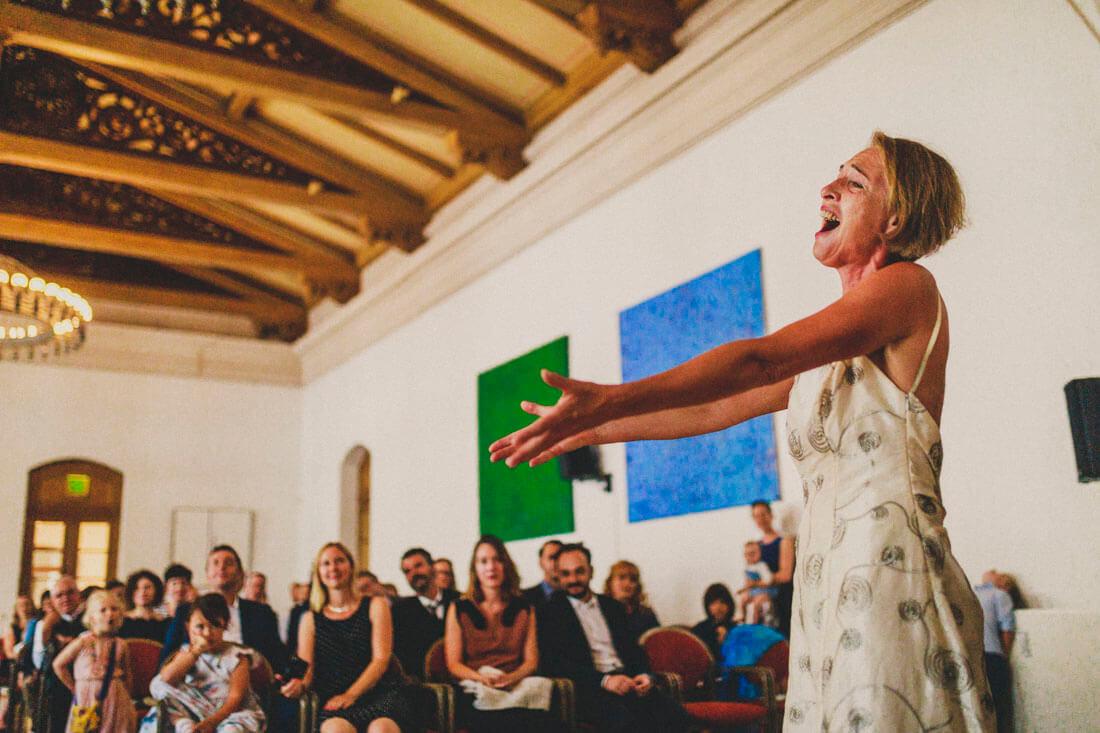 Inbruenstig performende Saengerin waehrend der Trau-Zeremonie im Fritz-Loeffler-Saal - Hochzeitsfotograf Dresden