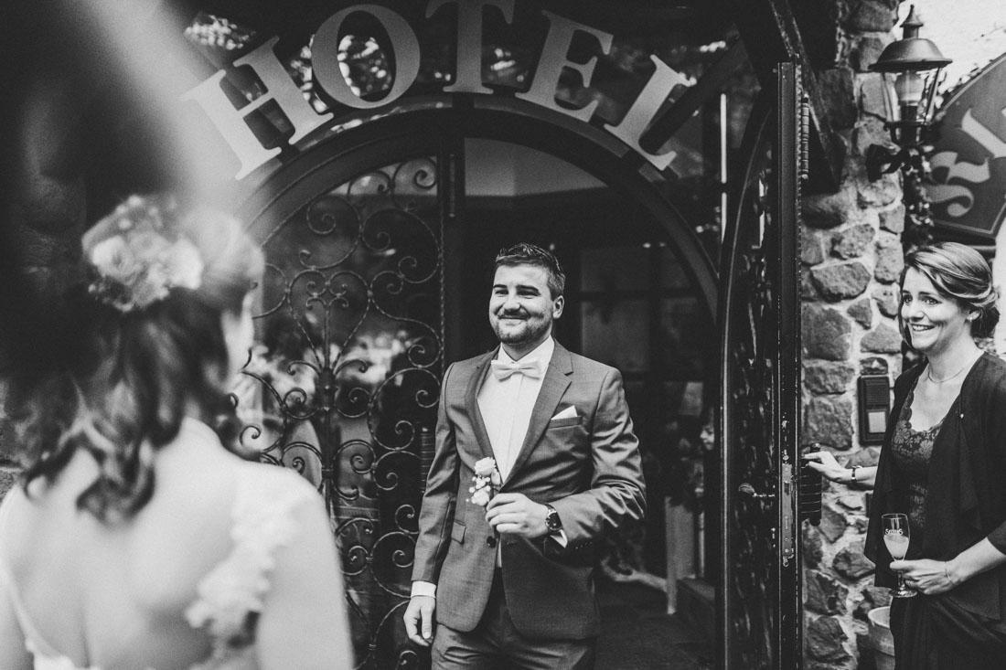 Heiraten in der Paradieskapelle beim Kloster Arnsburg in Lich! Hochzeitsfeier im Landhaus Klosterwald - Hochzeitsfotograf Lich und Kloster Arnsburg - First Look