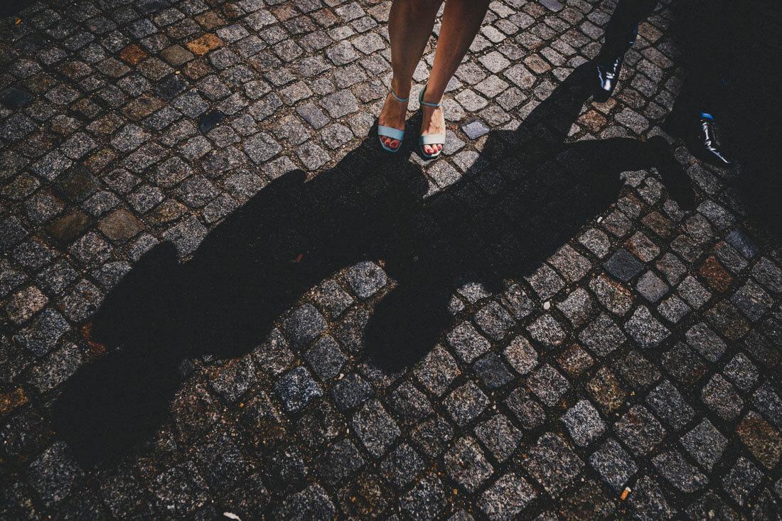 Imaginativer Shot des laufenden brautpaares (man sieht nur die Beine und Füße) - Künstlerische Hochzeitsfotografie Dresden