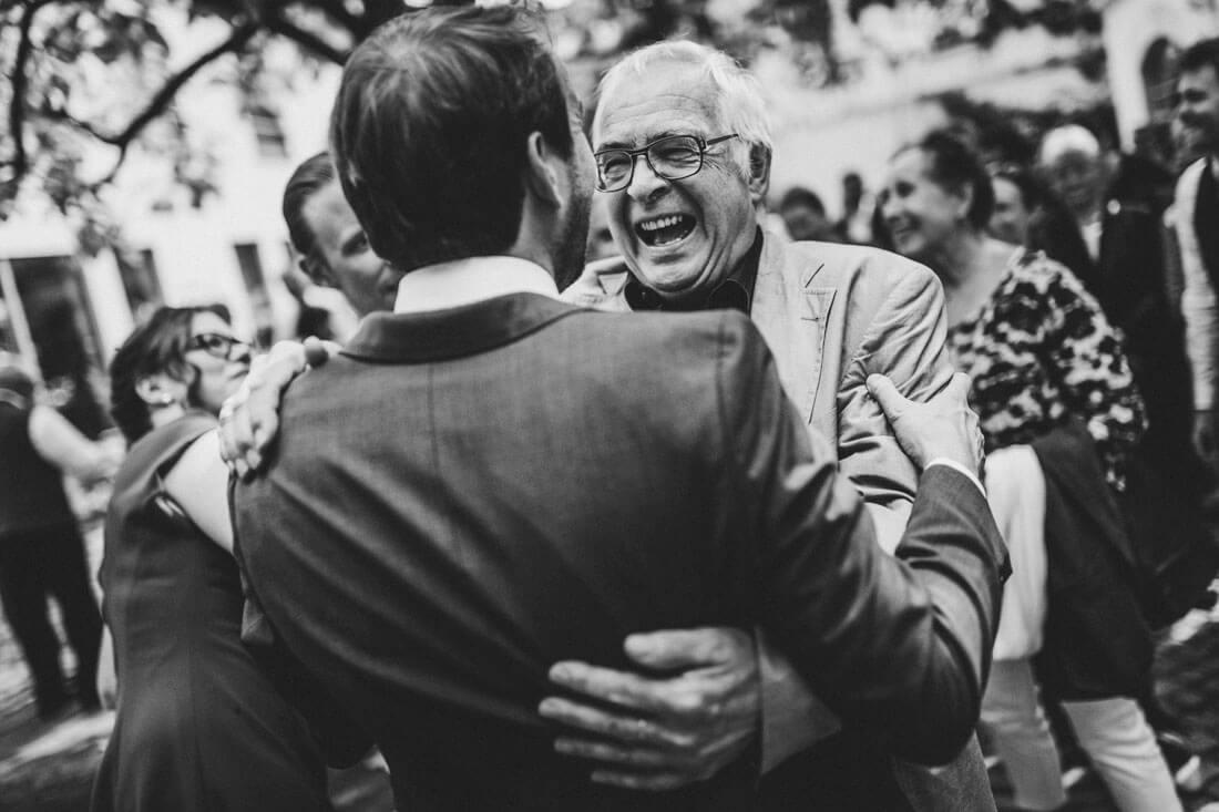Gluecklicher Gast gratuliert dem Braeutigam - Hochzeitsfotograf Dresden