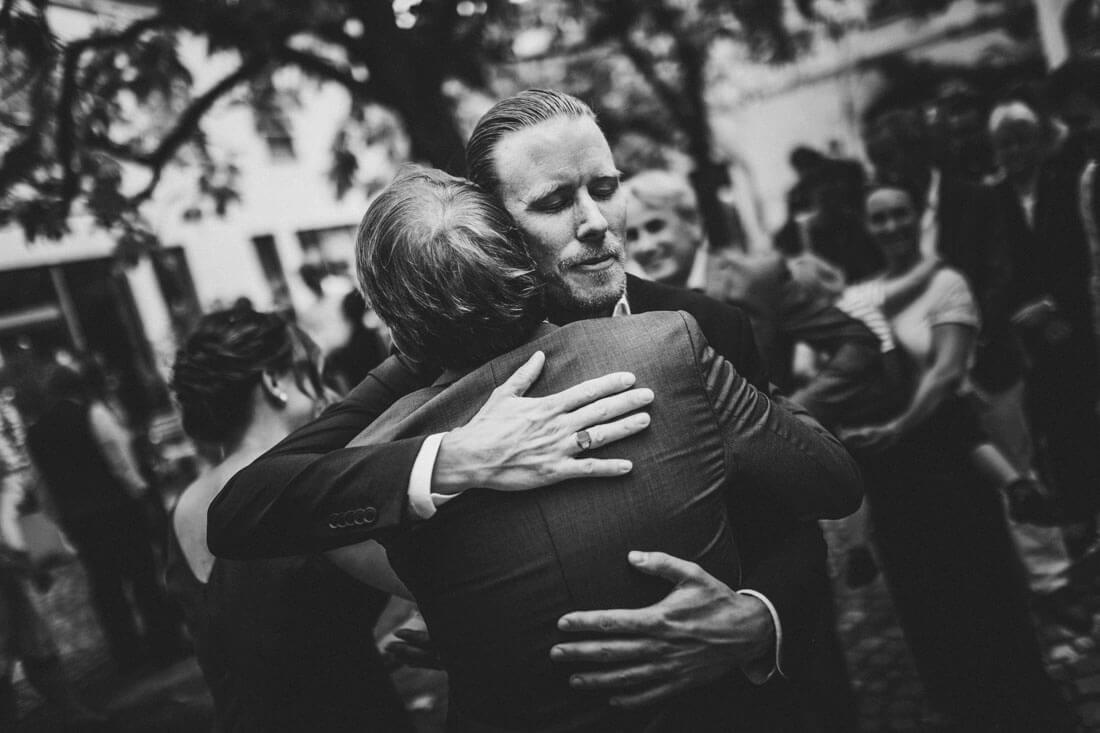 Innige und herzliche Gratulations-Szene - Hochzeitsfotograf Dresden