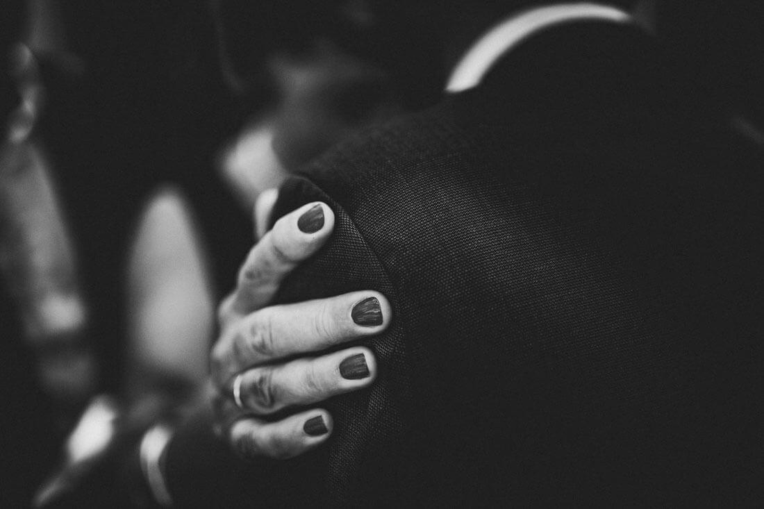 Beruehrungen auf der Hochzeitsfeier - Schoene Gesten - Hochzeitsfotograf Dresden