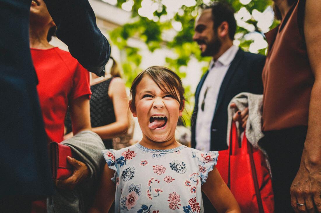 Humorvoller Hochzeitsmoment mit in die Kamera guckendem und Quatsch machendem lachenden Maedchen - Hochzeitsfotograf Dresden