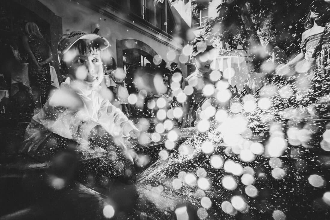 Kind spielt am Wasserbrunnen in der Prisco-Passage waehrend eines Hochzeits-Sektempfangs - Hochzeitsfotograf Dresden