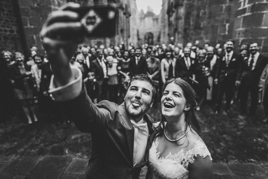 Hochzeit im Kloster Arnsburg - exklusive und kreative Hochzeitsreportagen - Hochzeitsfotograf Lich - witziges Selfie mit der Hochzeitsgesellschaft
