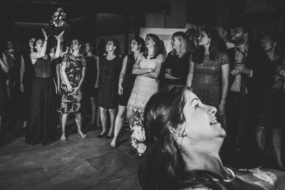 Hochzeit im Landhotel Klosterwald * Hochzeitsreportage * Paradieskapelle Lich * Hochzeitsfotograf Rossi Photography * Brautstrauss-Wurf