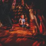hochzeitsfotograf dresden - kleiner junge bindet sich die schuhe waehrend der hochzeitsparty in der villa wollner