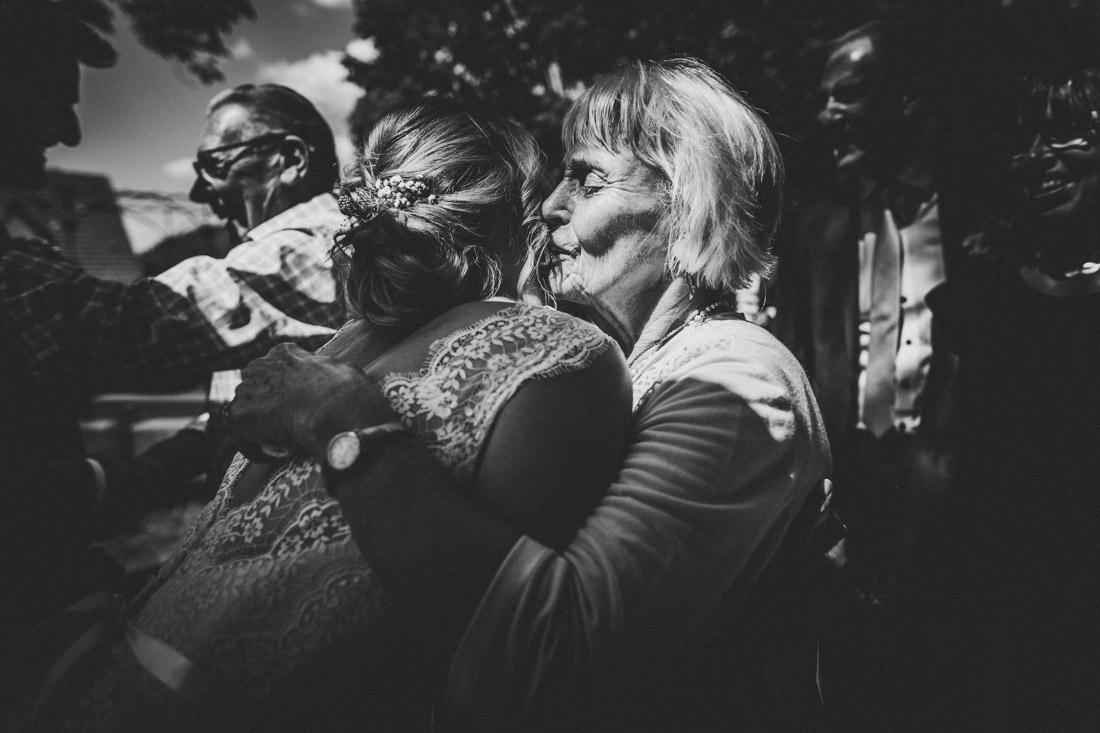 emotionale szene waehrend der gratulationen nach der standesamtlichen trauung im schlosspark buseck - hochzeitsfotograf buseck