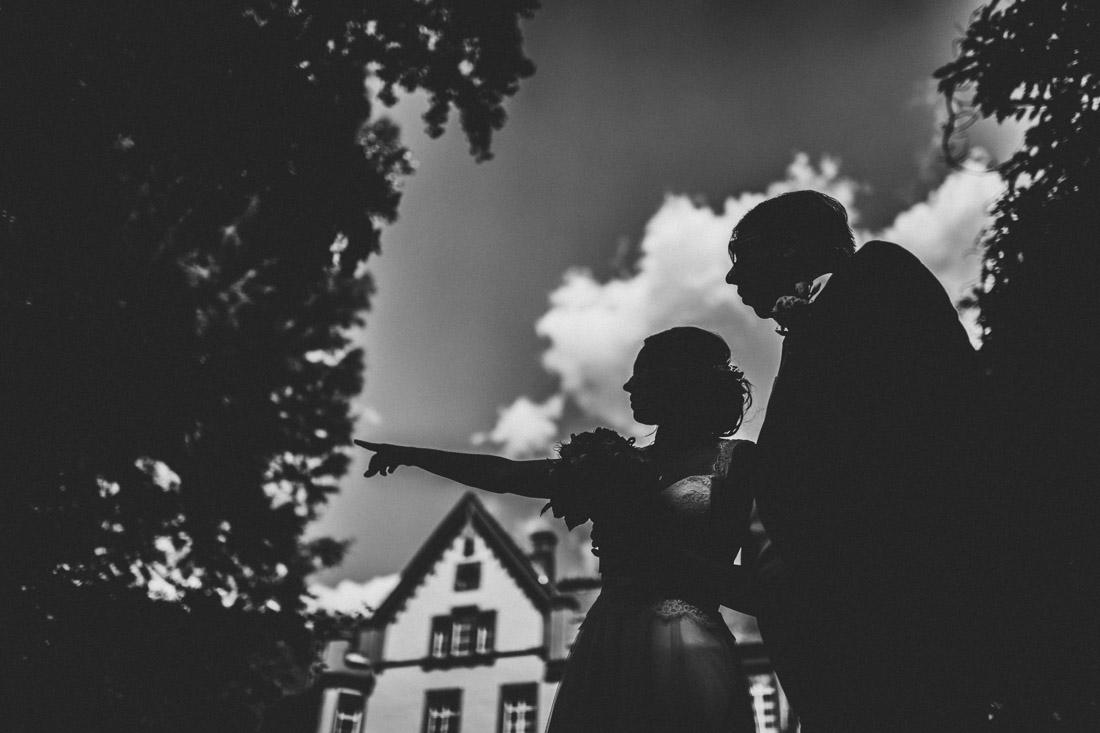 silhouette der braut und ihres vaters vor der kulisse des standesamts buseck im schlosspark