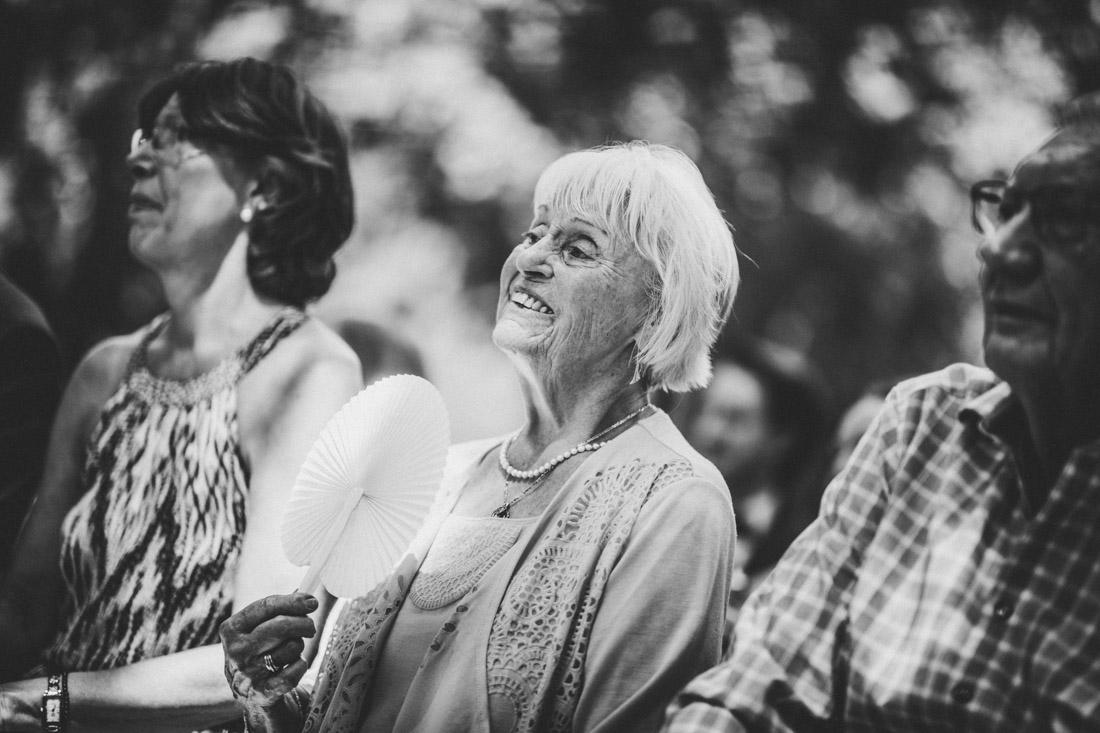 lachende grossmutter waehrend der standesamtlichen trauung von fabi und jan im schlosspark buseck - hochzeitsfotograf buseck