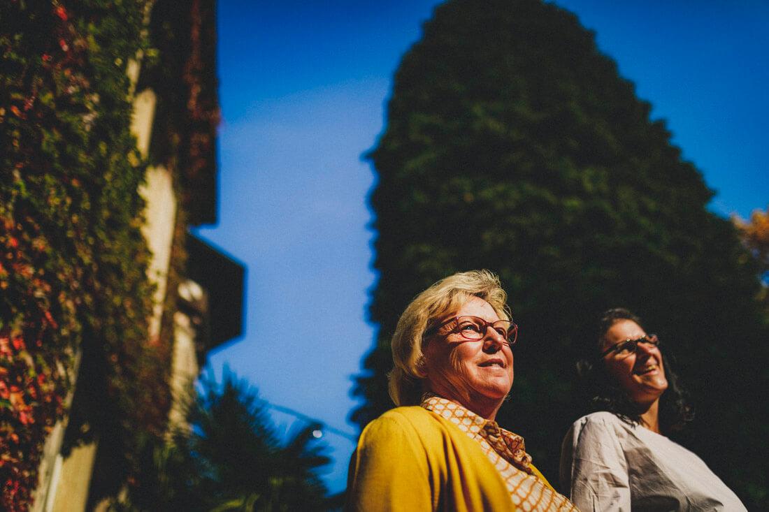 aufs hochzeitspaar wartende gaeste vor dem zuckerbergschloss - hochzeitsfotograf schwarzwald