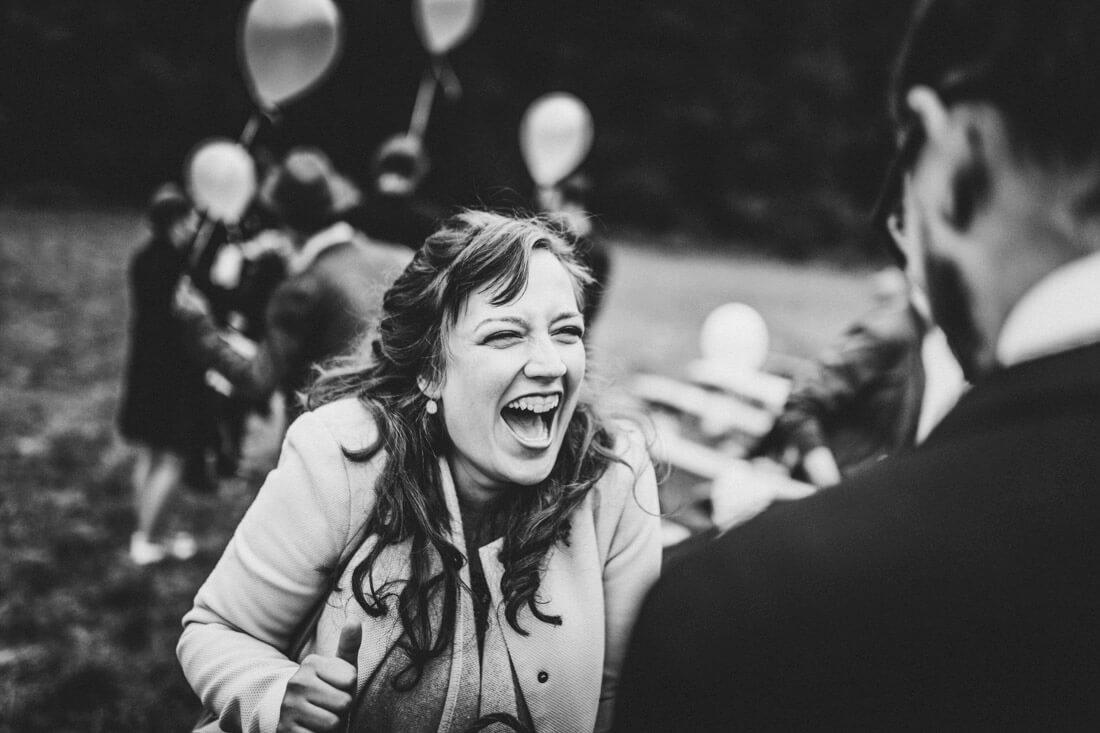 freudig aufschreiender gast beim gratulieren auf einer hochzeitsfeier - hochzeitsfotograf wiesbaden