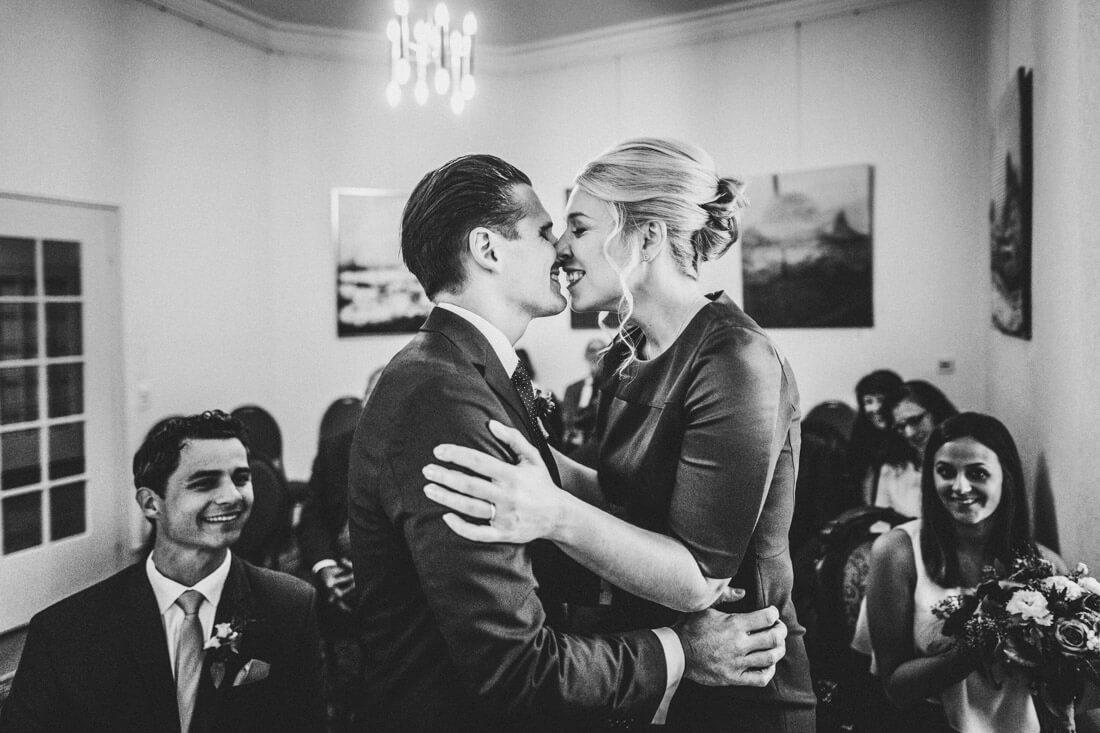 der kuss nach dem ja-wort im standesamt im zuckerberg-schloss - hochzeitsfotograf schwarzwald