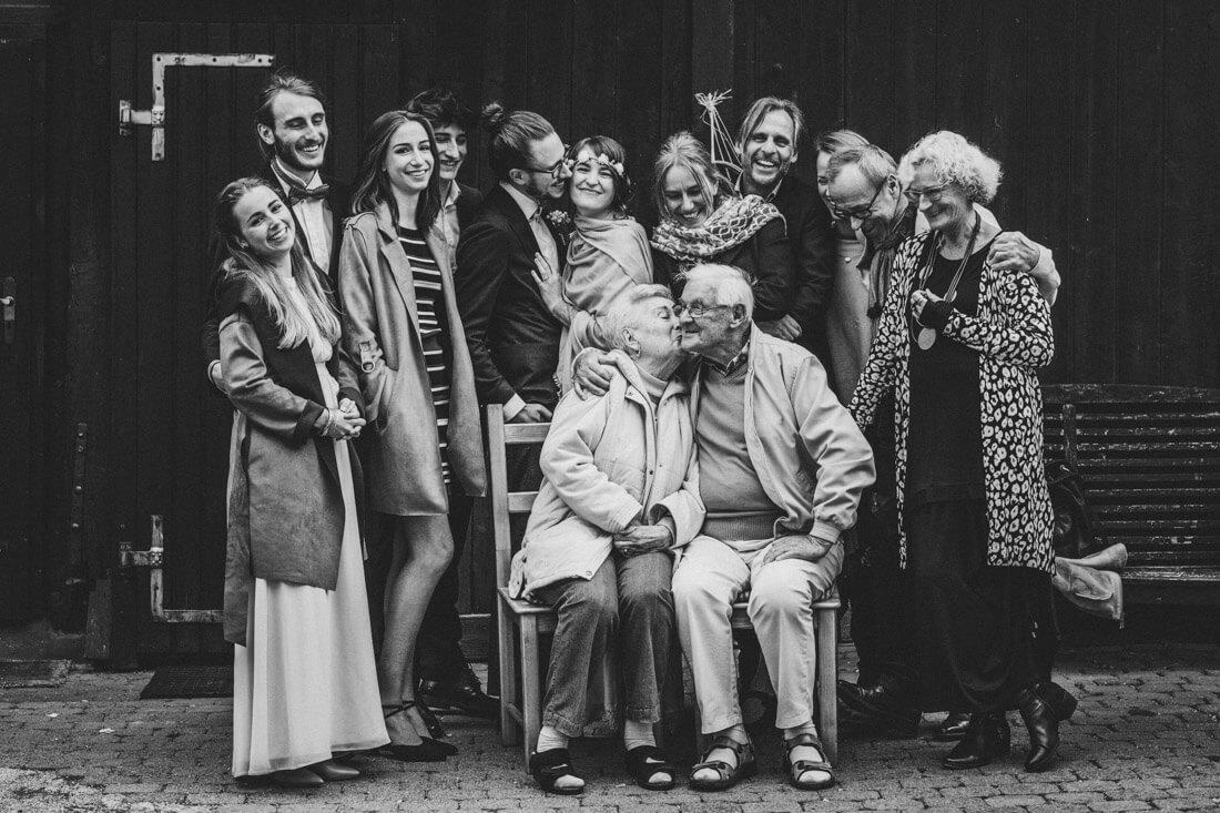 entspanntes und froehliches hochzeits-gruppenbild vor der alten guldenmuehle - hochzeitsfotograf wiesbaden