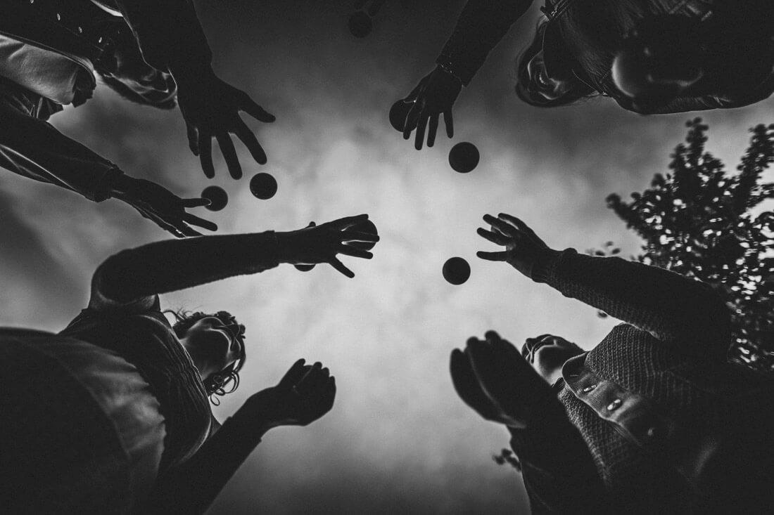 braut und 3 gaeste jonglieren mit mehreren baellen gleichzeitig - hochzeitsfotograf wiesbaden