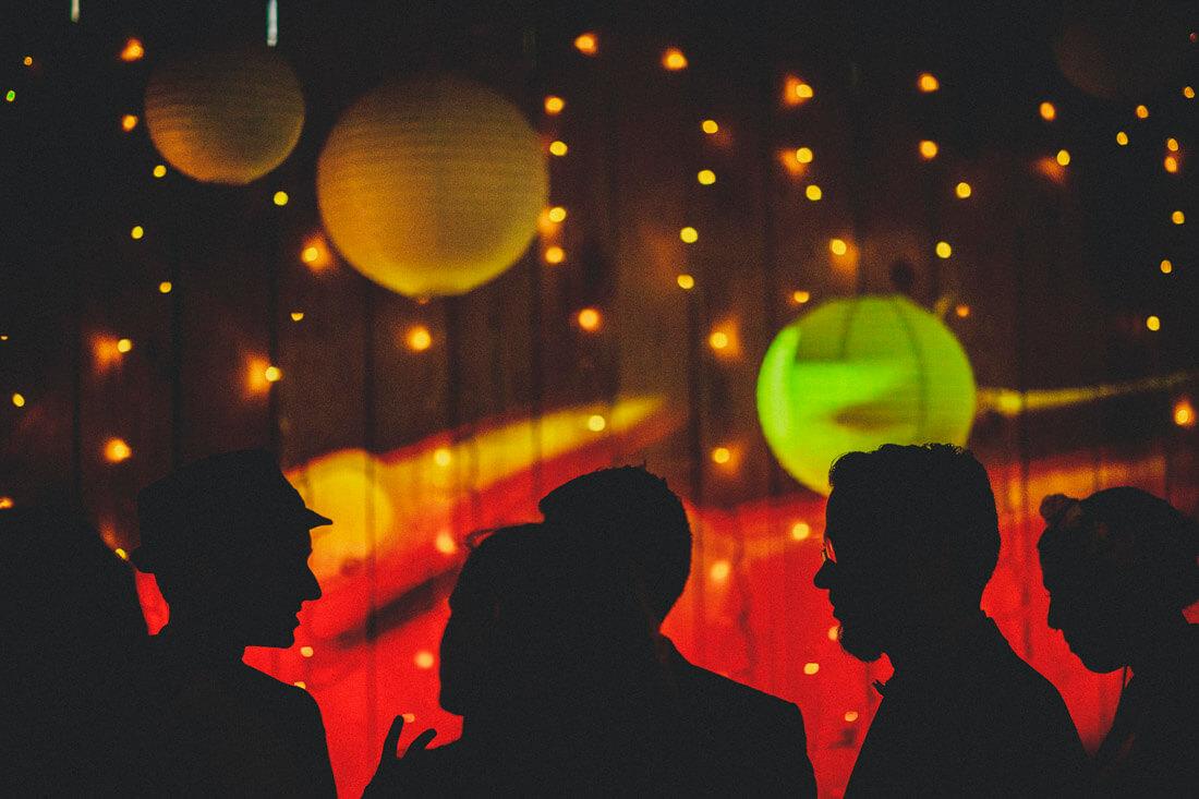 silhouetten-bild sich unterhaltender gaeste in der alten guldenmuehle auf einer hochzeitsfeier - hochzeitsfotograf wiesbaden