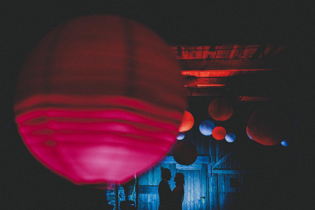 kreativ geblitztes silhouetten-bild des hochzeitspaares in der alten guldenmühle bei wiesbaden - hochzeitsfotograf wiesbaden