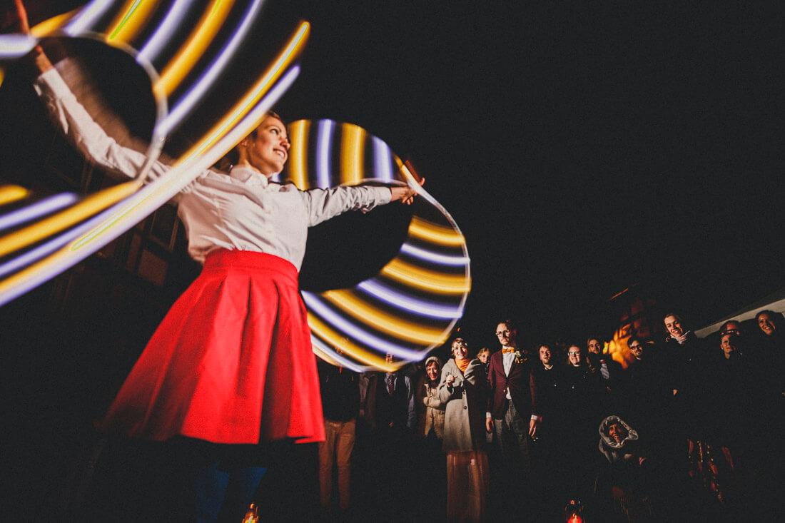 hochzeitspaar und gaeste bestaunen eine darbietung einer hula-hoop-artistin - hochzeitsfotograf wiesbaden