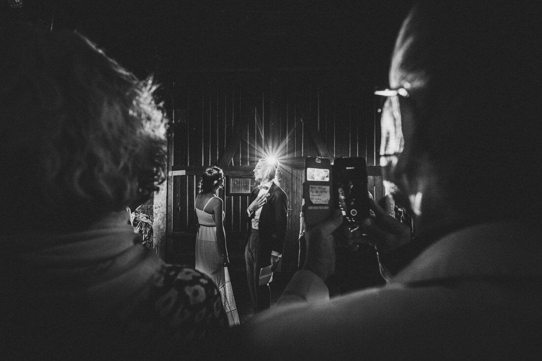 braeutigam singt seiner braut ein lied auf der hochzeitsfeier in der alten guldemühle - hochzeitsfotograf wiesbaden