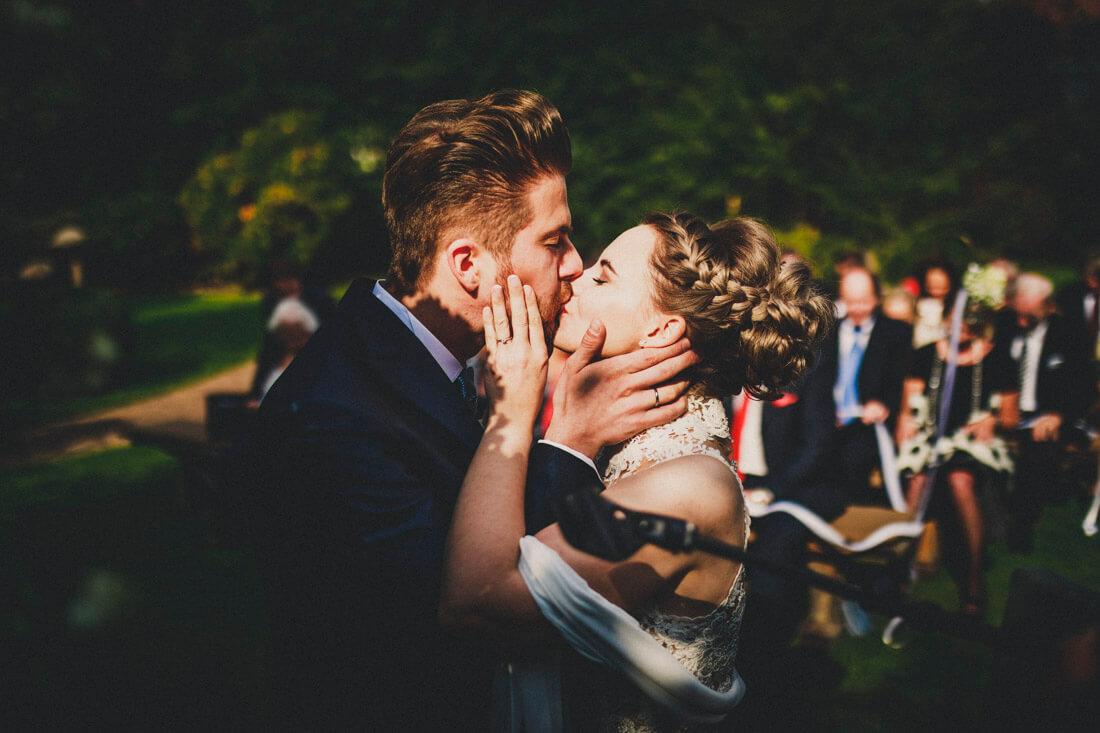 """Der erste Kuss nach dem """"Ja!"""" * Freie Trauung im Hofgut Dagobertshausen * Euer Hochzeitsfotograf Rossi!"""