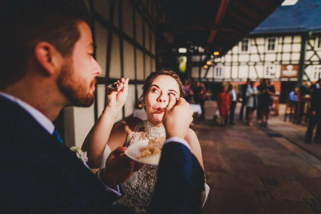 Lara und Benni lassen sich die Hochzeitstorte schmecken * Euer Hochzeitsfotograf Dagobertshausen * Rossi Photography