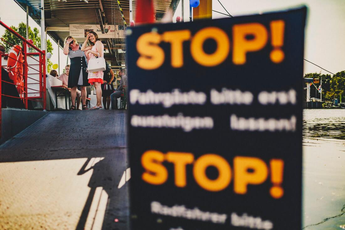 hochzeitsgaeste warten auf das hochzeitspaar auf der faehre am mainufer - hochzeitsfotograf frankfurt