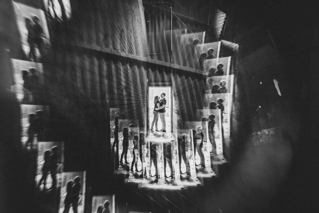 bild eines paares am ende eines langen ganges in einer verlassenen lost-place-location, mit prisma fotografiert - love-shooting gießen