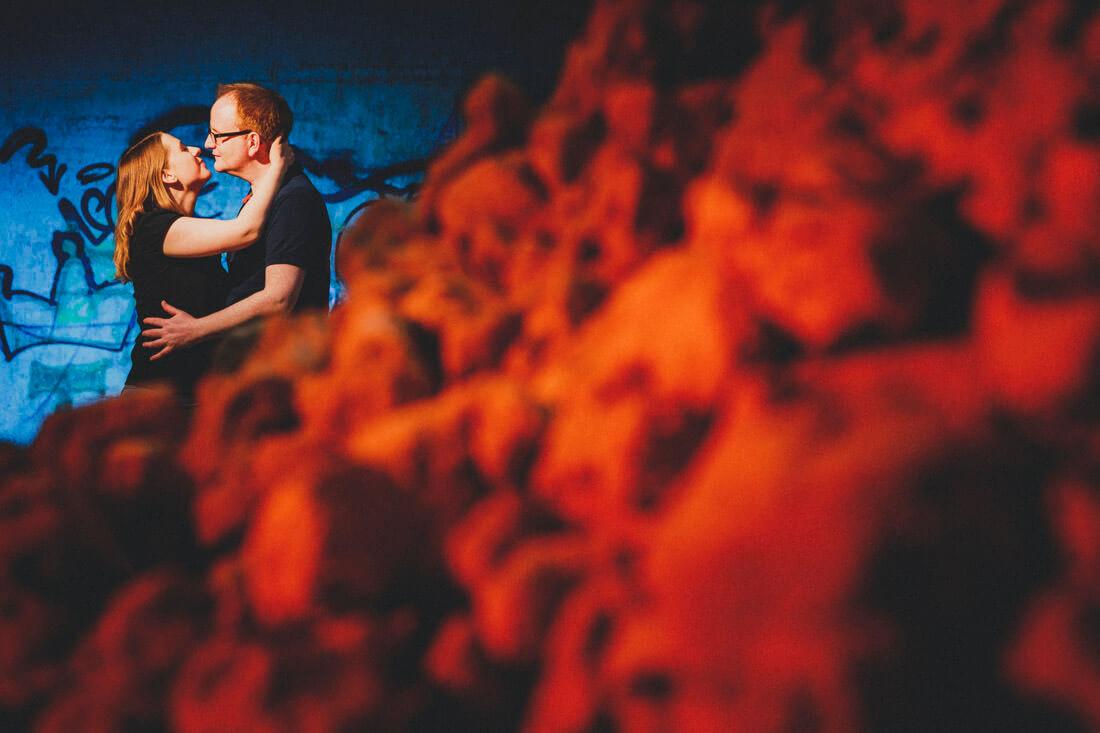 zuckersuesses love-shooting in hessen an einem geheimen lost place... kreativ geblitztes paarportrait