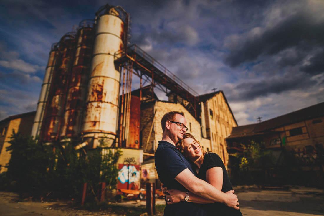 paarfoto vor der kulisse einer verlassenen verfallenen fabrik-location - love-shooting gießen
