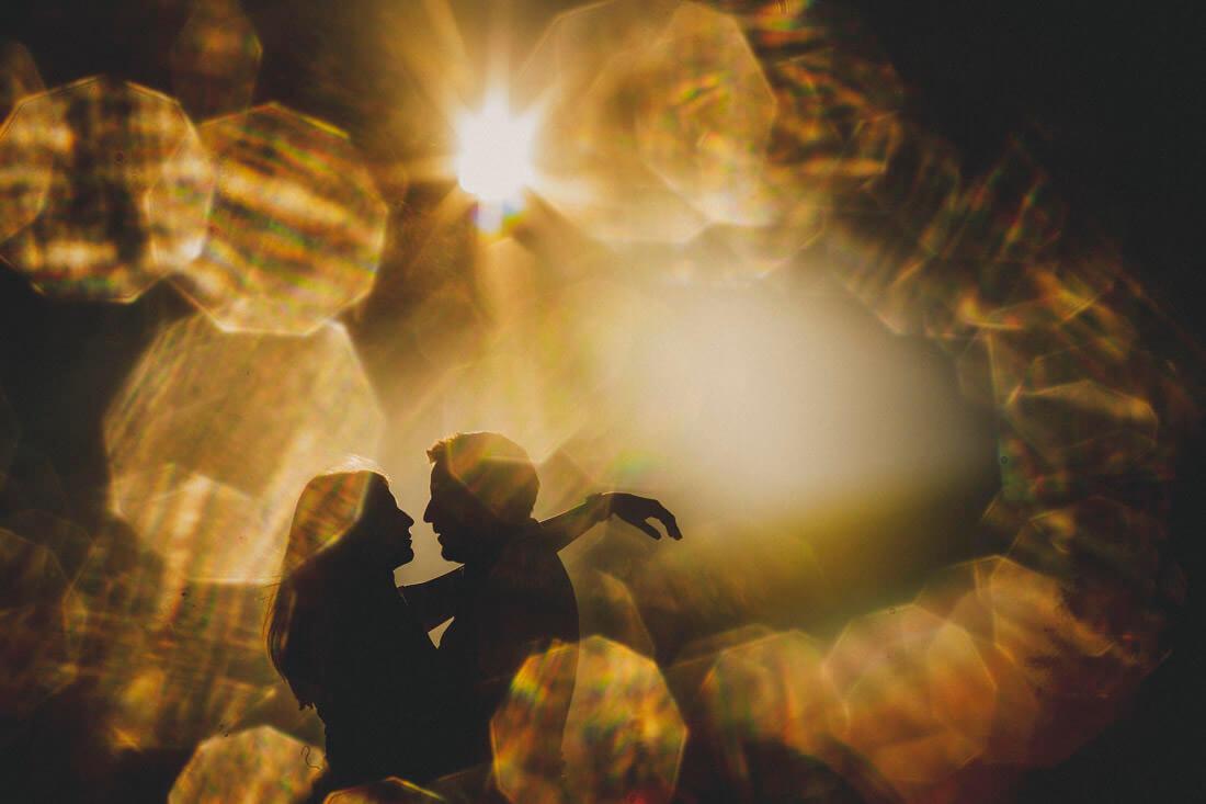 kreativ mit gegenlicht der sonne fotografiertes paarportraet im weizenfeld