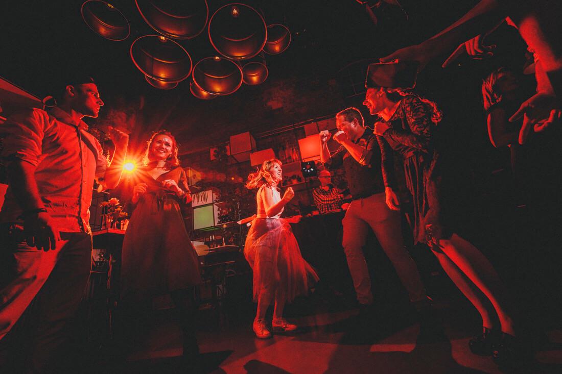 gaeste tanzen auf der hochzeitsparty im who killed the pig - hochzeitsfotograf im who killed the pig, giessen