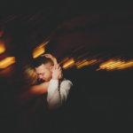 Brautpaar tanzt eng umschlungen auf der Hochzeitsparty - Hochzeitsfotograf Alsfeld