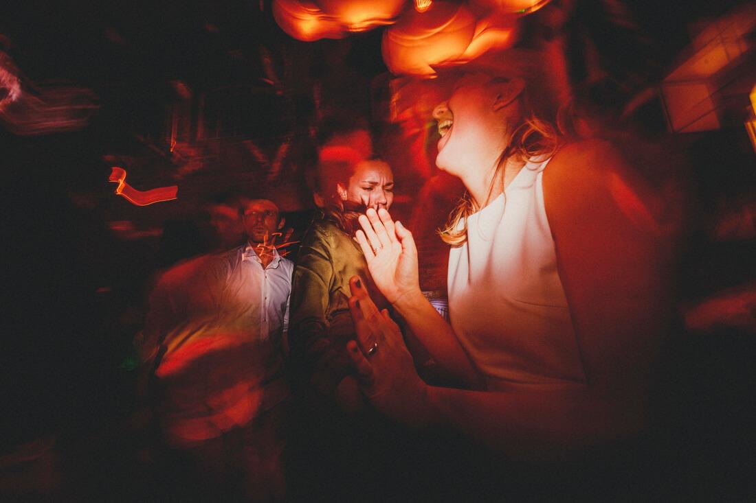 tanzender gast auf einer wilden hochzeitsparty im who killed the pig in giessen - hochzeitsfotograf im who killed the pig