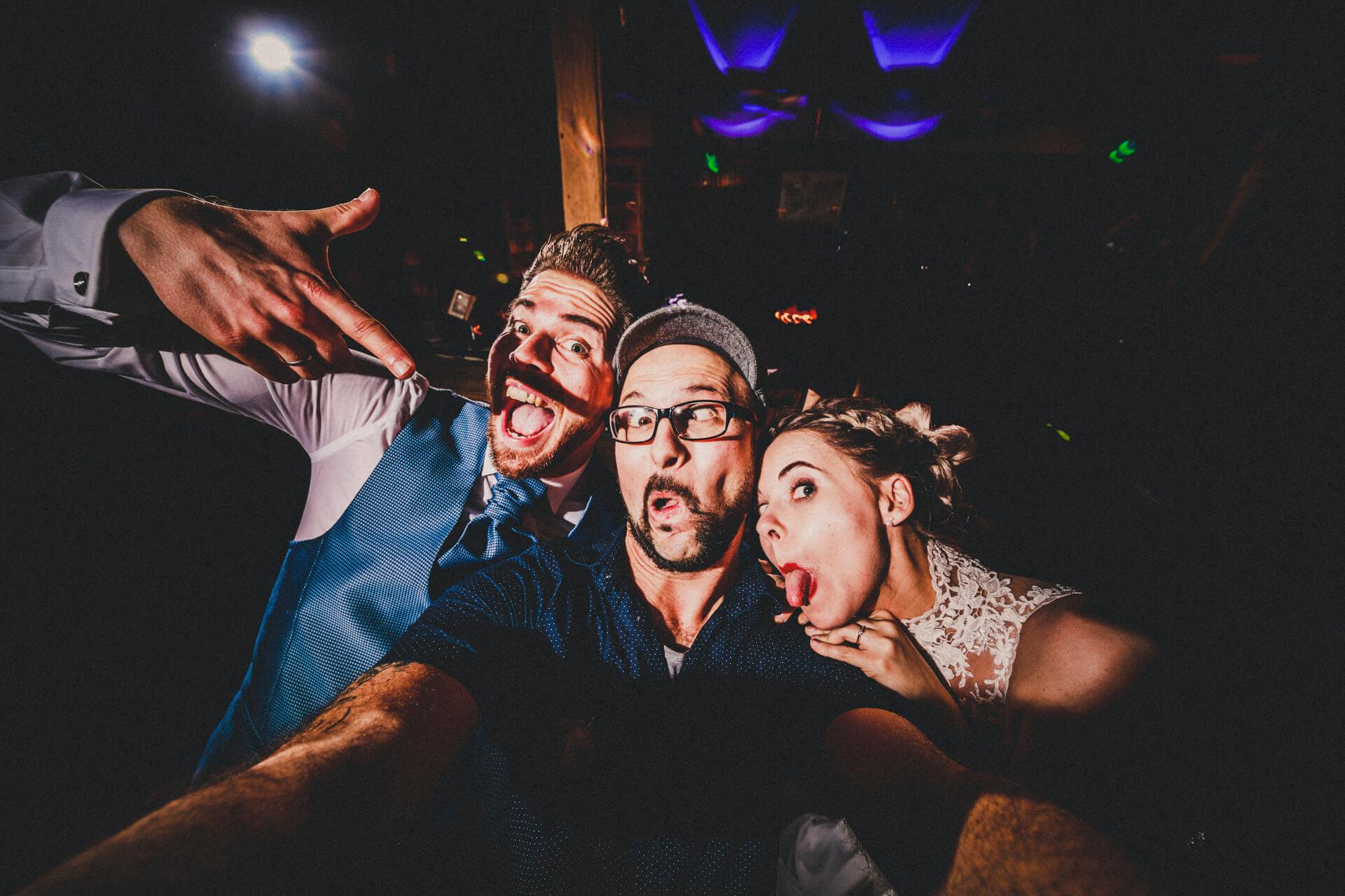 Hochzeitsfotograf Hofgut Dagobertshausen - Selfie mit dem Brautpaar