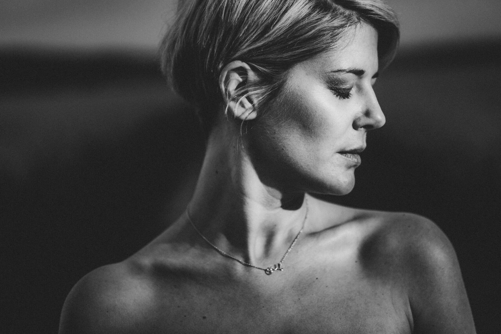 Sinnliches Porträtshooting mit Judith - Fotoshooting im Rapsfeld - Fotograf Marburg