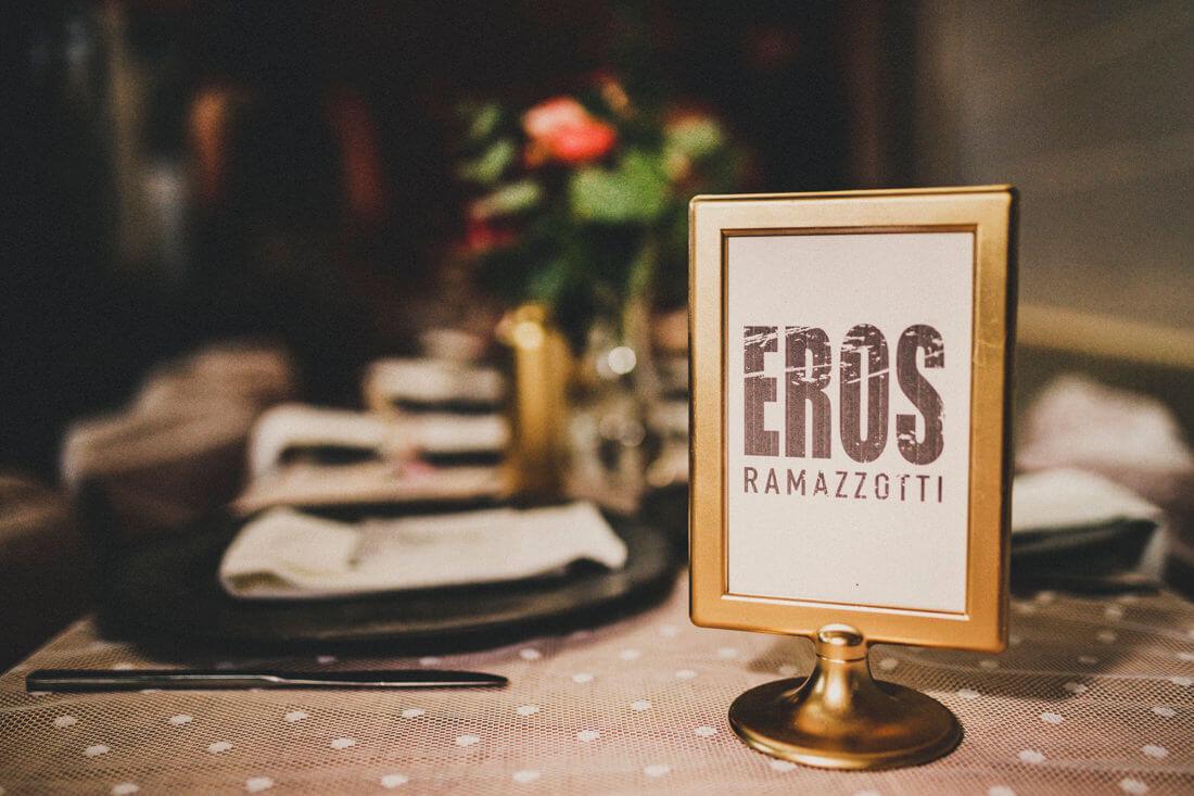 dekorierte hochzeitstische im rotkehlchen in den waggonhallen, hochzeitslocation marburg