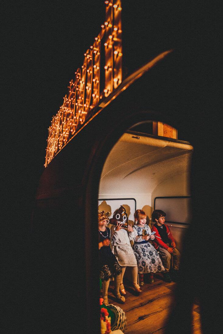 witziger moment auf einer hochzeit im rotkehlchen in den waggonhallen, hochzeitslocation marburg, kinder albern im photobooth-wagen herum